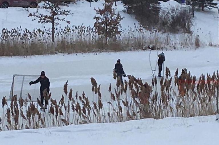 Hockey-on-frozen-pond.